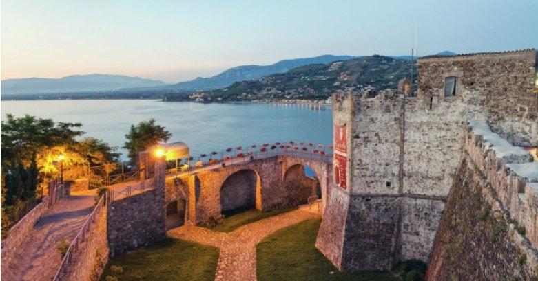 Il fossato e il Castello Angioino Aragonese